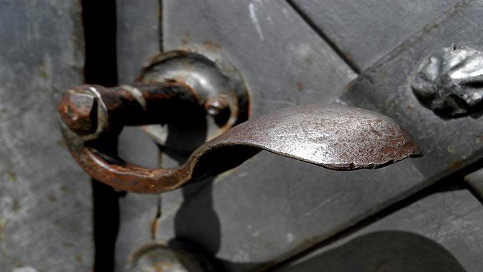 Drzwi przesuwne bezramowe - trend w budownictwie